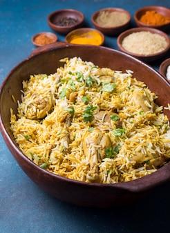 Pakistaanse maaltijdarrangement met hoge hoek