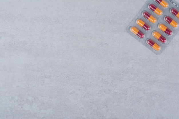Pakje antibiotica pillen op marmer