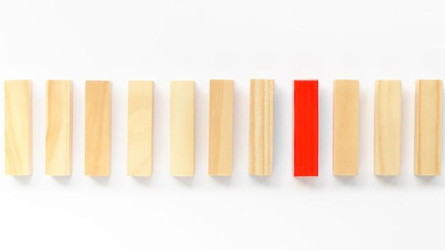 Pakje houten stenen naast een rode
