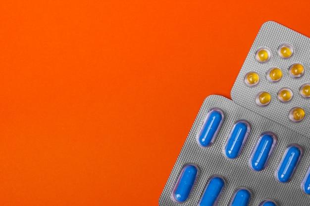 Pakken pillen - abstracte medische achtergrond. gekleurde pillen.