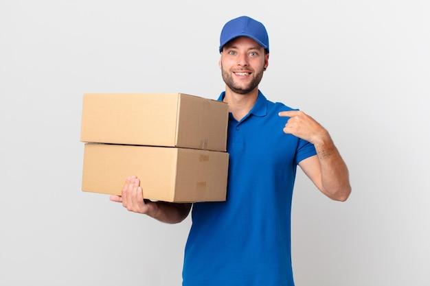 Pakket bezorg man die zich gelukkig voelt en naar zichzelf wijst met een opgewonden