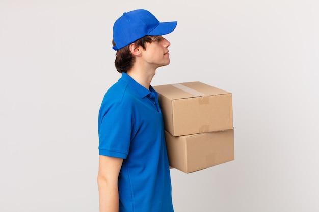 Pakket bezorg man op profielweergave denken, fantaseren of dagdromen
