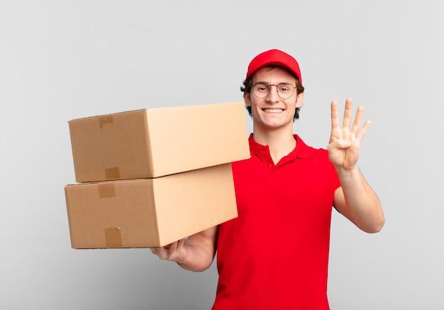 Pakket bezorgt jongen glimlachend en vriendelijk, met nummer vier of vierde met hand naar voren, aftellend