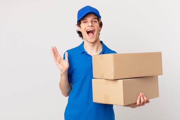 Pakket bezorgt man blij en verbaasd over iets ongelooflijks