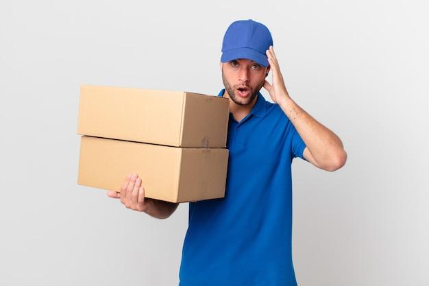 Pakket bezorgt man die verrast kijkt en een nieuwe gedachte, idee of concept realiseert