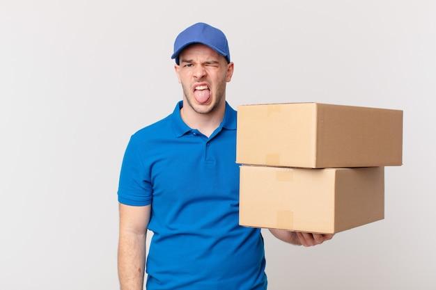 Pakket bezorgt man die walgt en geïrriteerd is, tong uitsteekt, een hekel heeft aan iets smerigs en vies