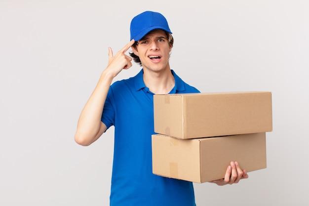 Pakket bezorgt man die zich verward en verbaasd voelt en laat zien dat je gek bent