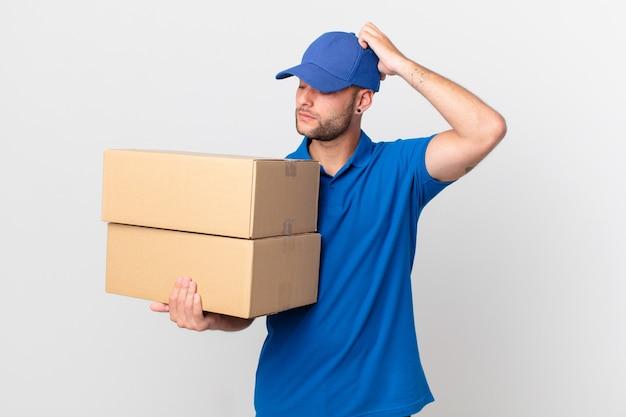 Pakket bezorgt man die zich verward en verward voelt, hoofd krabben