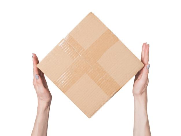 Pakket in vrouwelijke handen. bovenaanzicht. isoleren