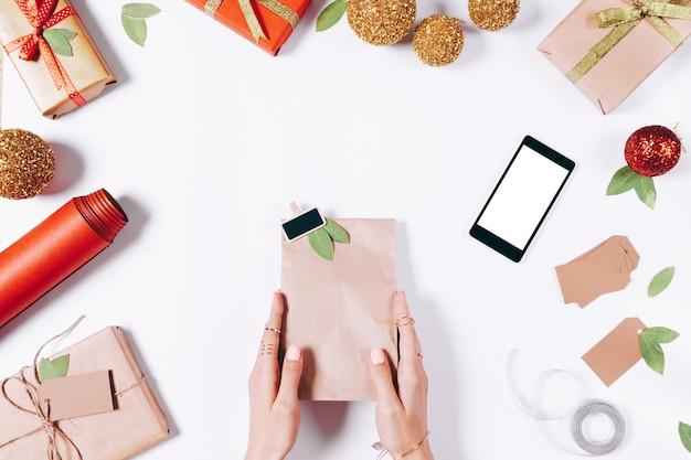 Pakket met een geschenk in vrouwelijke handen