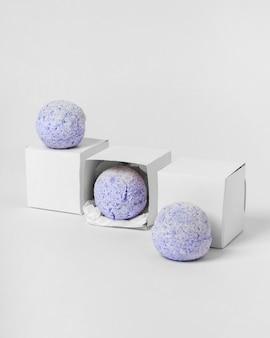Pakket voor blauwe badbommen op witte achtergrond