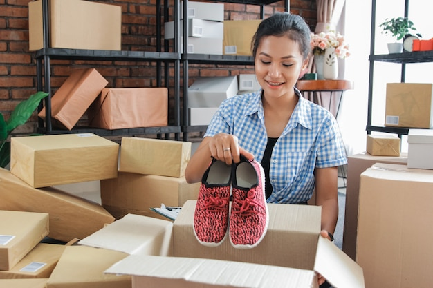 Pakket voorbereiden om thuis bij de klant te worden afgeleverd