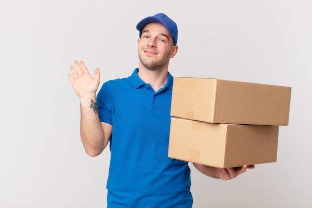 Pakketbezorger die vrolijk en opgewekt lacht, met de hand zwaait, je verwelkomt en begroet, of afscheid neemt