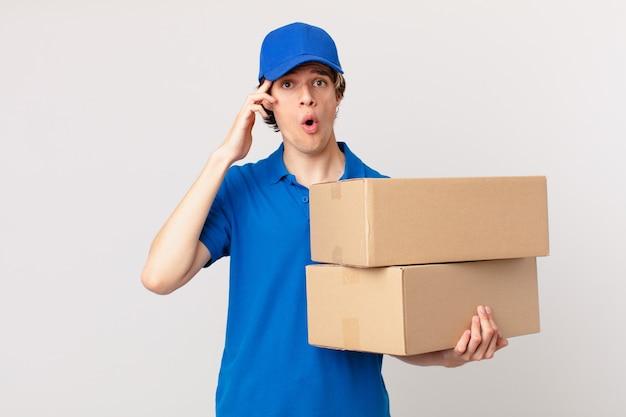 Pakketbezorger ziet er blij, verbaasd en verrast uit