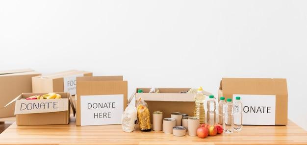 Pakketten met donaties voor het arme arrangement