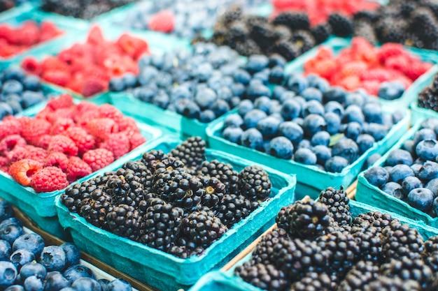 Pakketten van bessen op boerenmarkt