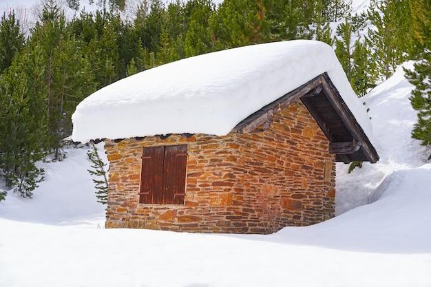 Pal sneeuwhuis in andorra de pyreneeën