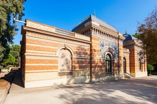 Palacio de velazquez of velazquez-paleis in het buen retiro-park, een van de grootste parken van de stad madrid, spanje. madrid is de hoofdstad van spanje.