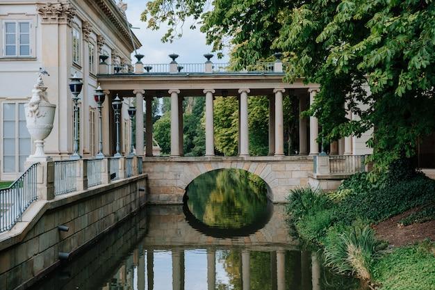 Paleis op het water in lazienki-park (royal baths-park) op warshau, polen