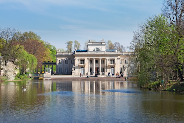 Paleis over water in lazienki-park bij dag, warschau, polen