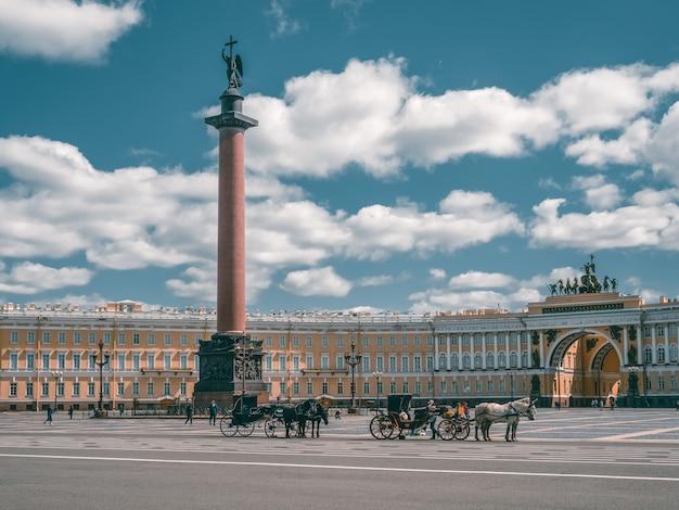 Paleis plein met vervoer en paarden in sint-petersburg