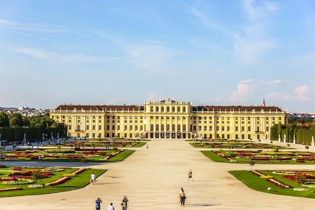 Paleis schonbrunn, een beroemde bezienswaardigheid, prachtig uitzicht op de zomer