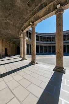 Paleis van karel v in granda, gelegen direct naast het alhambra in granada