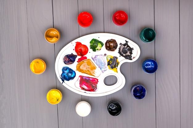 Palet en kleurrijke verf