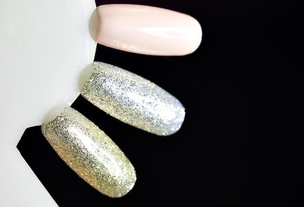 Palet met stalen nagellak. verzameling van vernismonsters voor manicure.