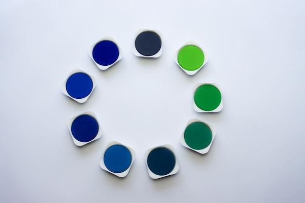 Palet van blauwe en groene kleuren van aquarelverf op wit