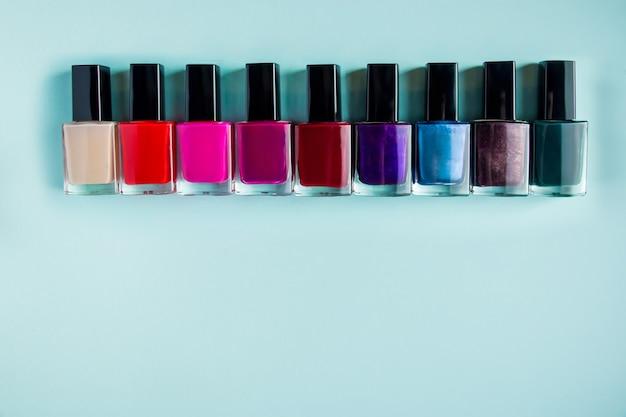 Palet van heldere nagellakken op een blauw