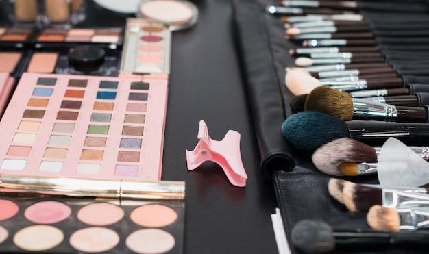 Palet van kleurrijke oogschaduwwen en borstels