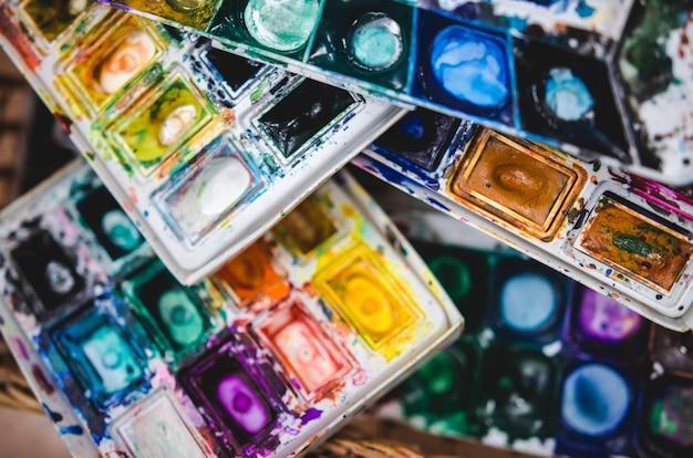 Palet van verschillende aquarellen tijdens het tekenen