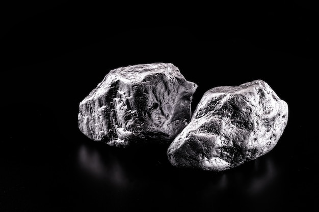 Palladium is een chemisch element dat bij kamertemperatuur samentrekt in de vaste toestand. metaal gebruikt in de industrie. mineraal extractie concept.