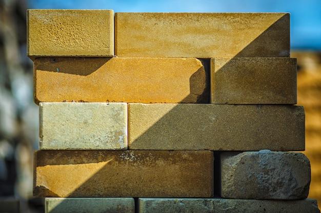 Pallet van het bedekken plakclose-up op een bouwwerf in zonnige dag.