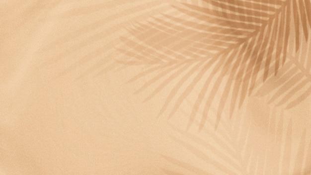 Palmbladeren schaduw op een beige achtergrond