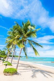 Palmbomen in een strand