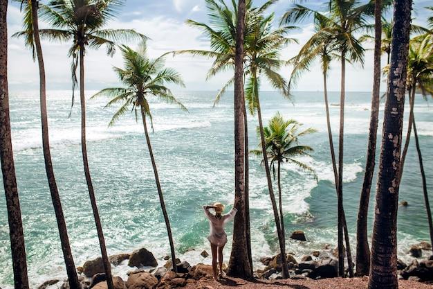 Palmbomen zee en meisje