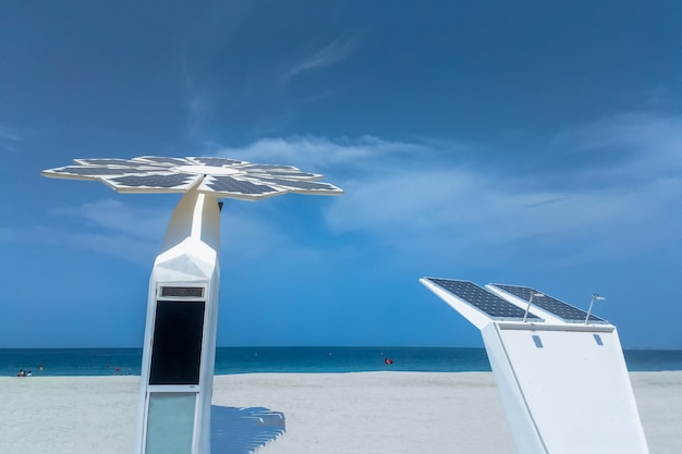 Palmboom op zonnepaneel met wifi-stations