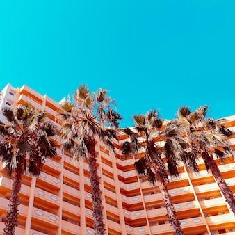 Palmen achtergrond en hotel. minimaal. stijlvolle tropische urban