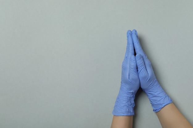 Palmen in medische handschoenen samen op lichtgrijze geïsoleerde achtergrond