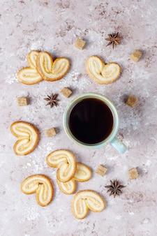 Palmier bladerdeeg. heerlijke franse palmier koekjes met suiker, bovenaanzicht.
