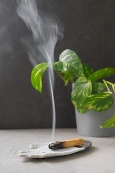 Palo santo rookt op een keramische plaat