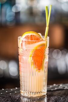 Paloma cocktail tequila drankje met grapefruit bij bar in nachtclub of restaurant.