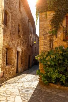 Pals middeleeuws dorp, straten van het historische centrum bij zonsondergang, girona aan de costa brava van catalonië in de middellandse zee