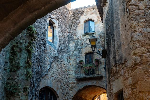 Pals middeleeuws dorp, straten van het historische centrum, girona aan de costa brava van catalonië in de middellandse zee
