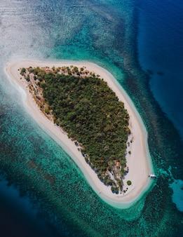Pamalican-eiland in de filippijnen, provincie coron. luchtfoto van drone over vakantie, reizen en tropische plaatsen