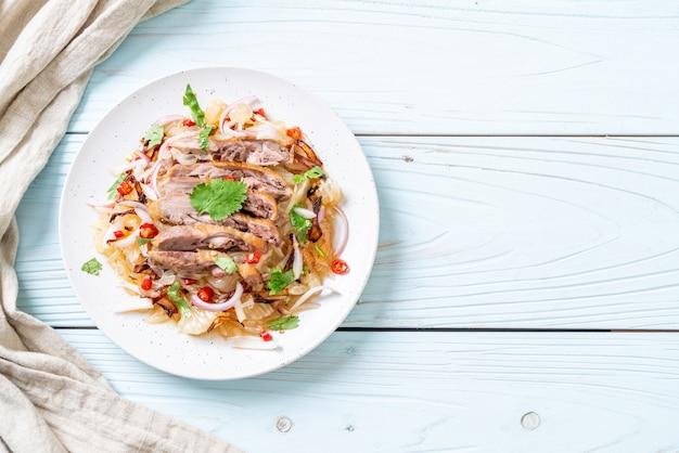 Pamelo pittige salade met geroosterde eend