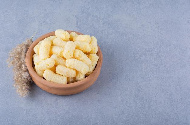 Pampagras en kom maïsstok op marmer.