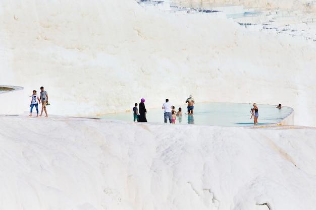 Pamukkale, turkije - 14 augustus 2015: toeristen op pamukkale travertijn zwembaden en terrassen. pamukkale is beroemd unesco-werelderfgoed in turkije